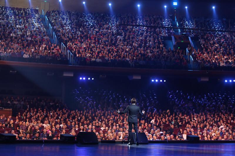 <p>Crocus City Hall, Москва,&nbsp;6 000 зрителей</p>
